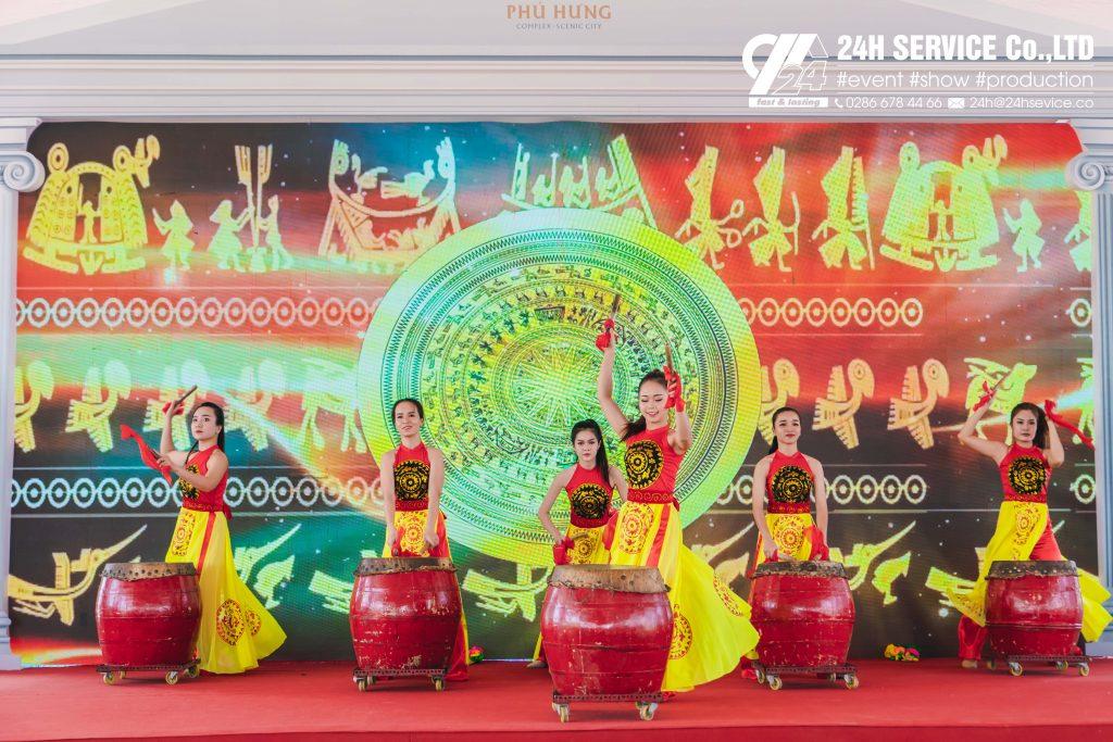 Tiết mục múa trống hội – Vũ đoàn Lạc Việt