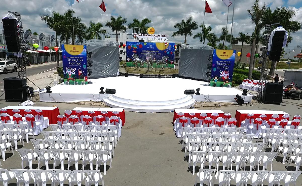 Toàn cảnh cổng chào, sân khấu, khu vực ghế ngồi khán giả