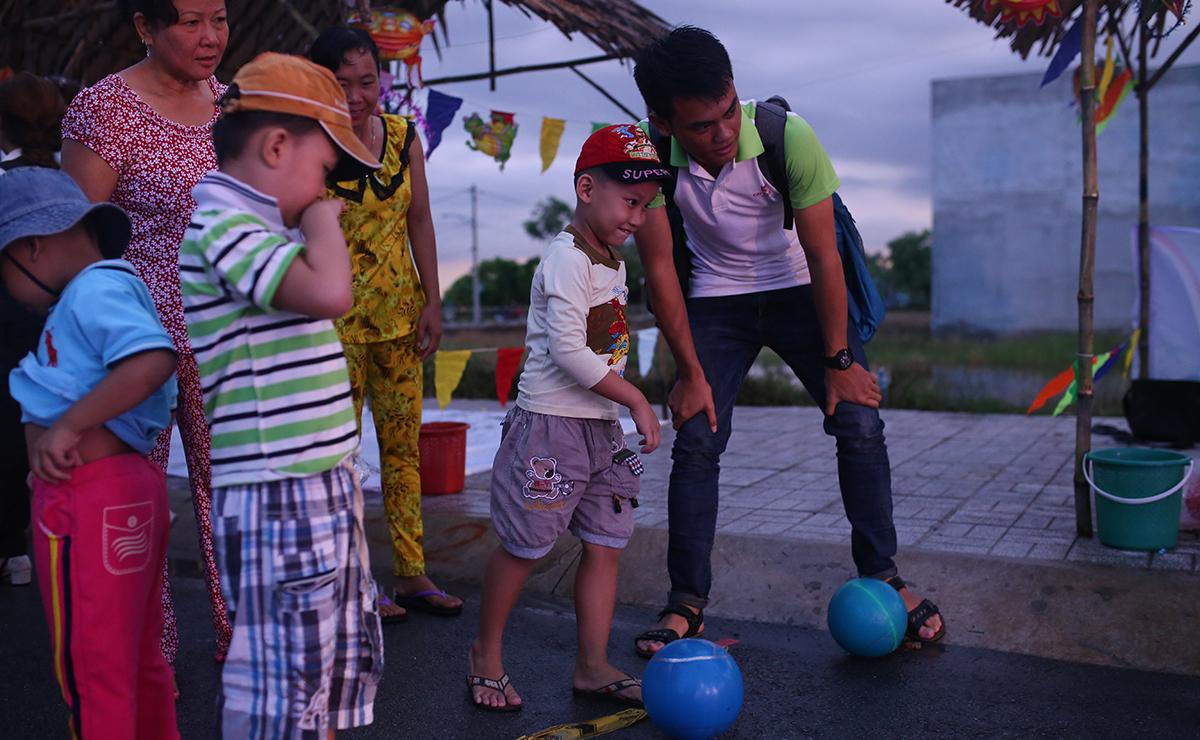 Trò chơi dân gian được chuẩn bị chu đáo và nhận được sự tham gia hào hứng của đông đảo các bé