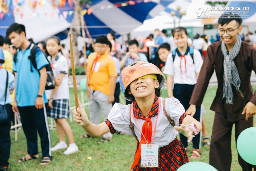 Trò chơi đội mặt nạ đập trống tạo ra nhiều tiếng cười cho các em nhỏ.