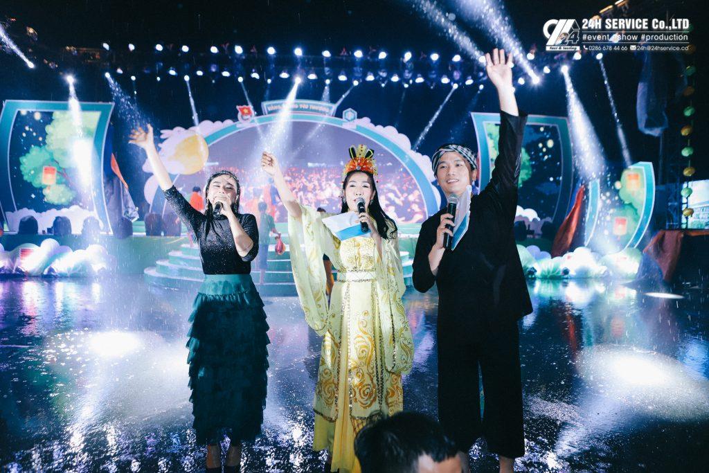 Ca sĩ Trương Thảo Nhi bước xuống sân khấu cùng giao lưu với các em thiếu nhi