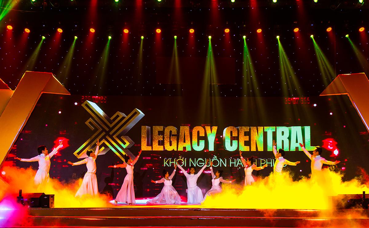 Lễ công bố dự án Legacy Central được tổ chức sang trọng, chuyên nghiệp , với các phần giới thiệu, công bố, xen kẽ giữa các phần chính là chương trình nghệ thuật hấp dẫn.