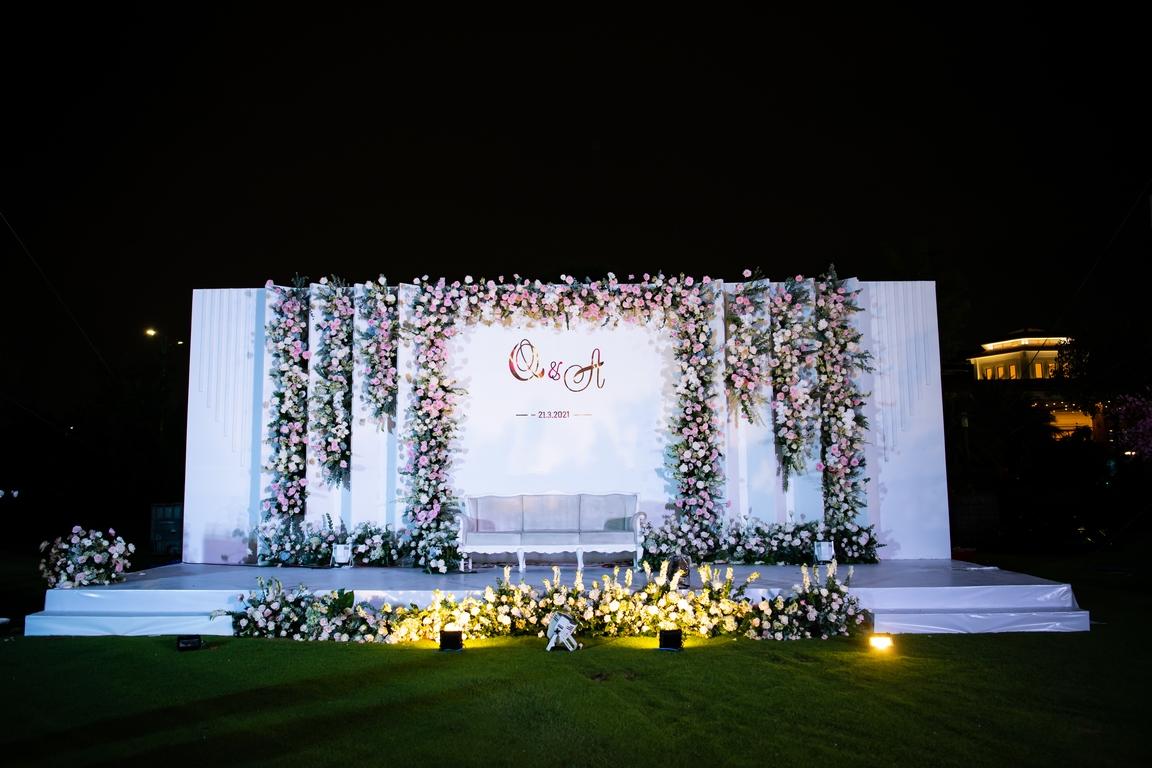 Booth đón khách nổi bật chữ cái cách điệu lồng ghép tên cô dâu và chú rể. Hoa được cắm xen kẽ chủ đạo tone màu trắng và xanh dương đem lại cảm giác nhẹ nhàng, tươi mát.