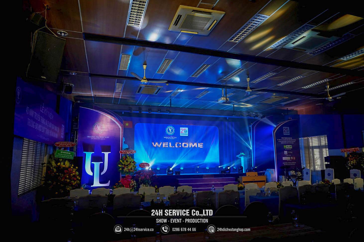 Sân khấu trang trọng được thiết kế dựa trên hiện trạng sẵn có của Hội trường