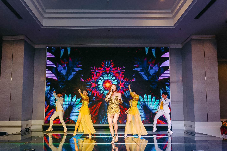 Ca sĩ Bảo Ngọc và Vũ Đoàn LV biểu diễn mở màn với các bài hát sôi động