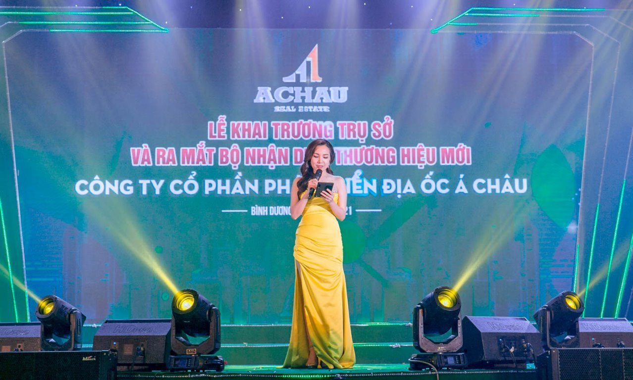 MC Việt Hà khai mạc chương trình và điểm lại hành trình phát triển bền bỉ của Địa ốc Á Châu.