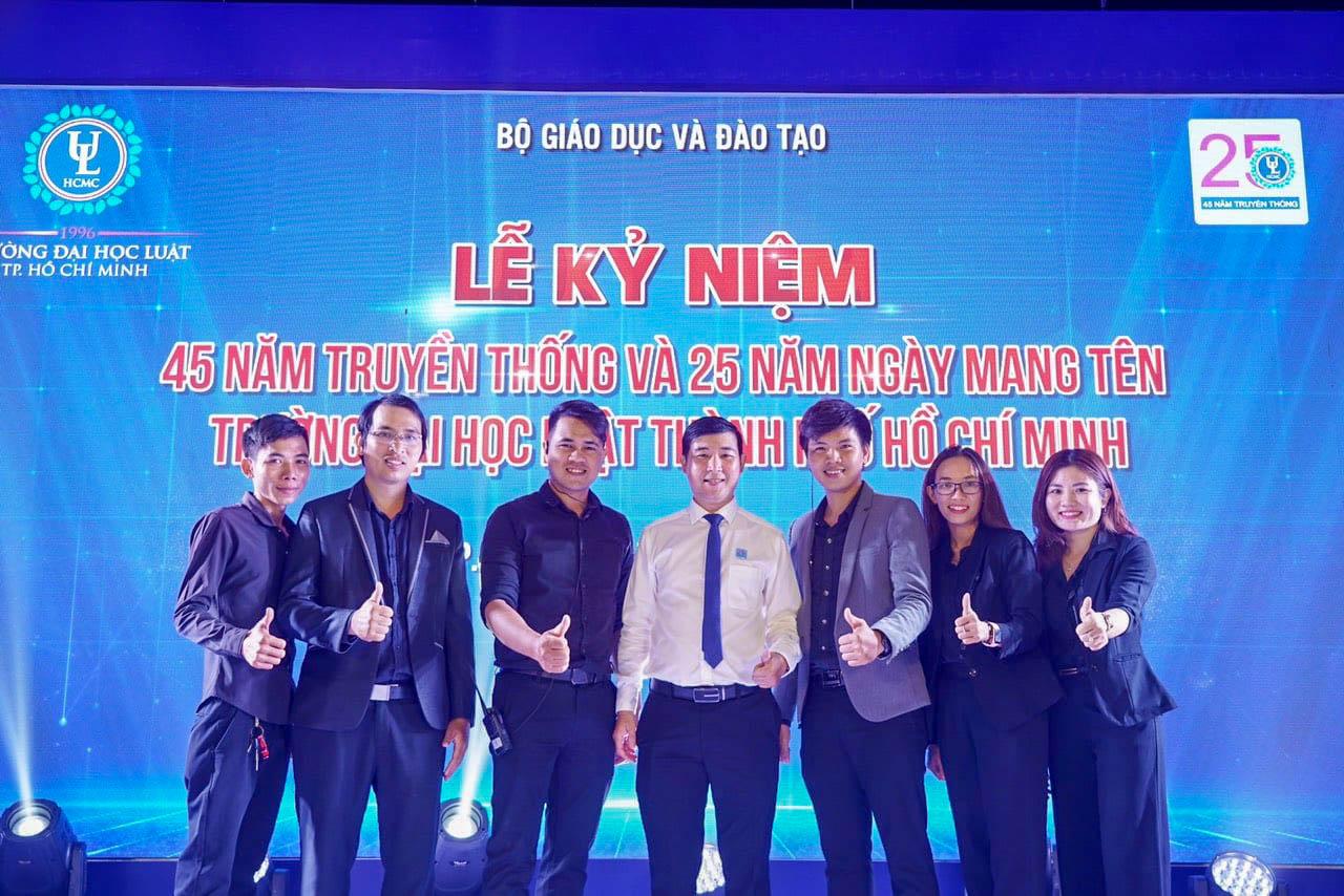 Ekip Công ty 24H Service chụp hình lưu niệm cùng Ban lãnh đạo Nhà trường sau sự kiện
