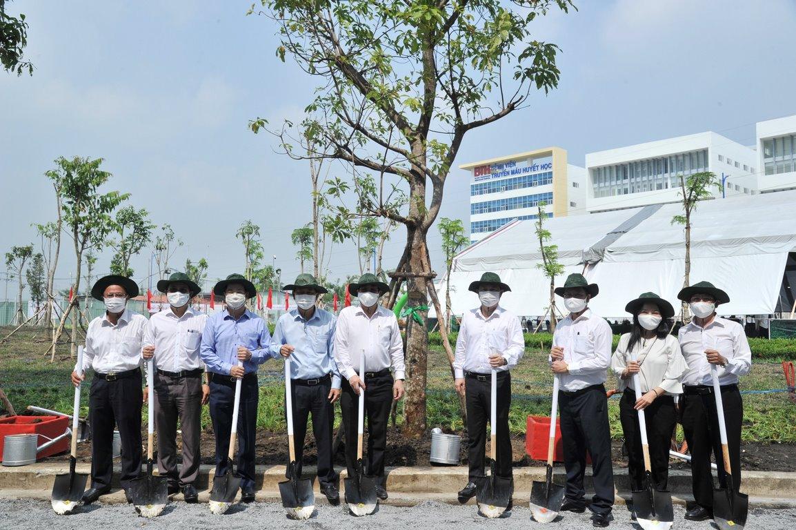 Các đồng chí đại biểu tham gia trồng cây